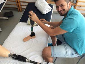 Onderzoeker Stanisa Raspopovic stelt een prothese bij.