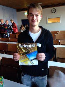 De gelukkige bezoeker die het correcte antwoord wist te geven op Kouwenhovens rekensom. Hij won een editie van Science waarin opzienbarend onderzoek van Kouwenhoven naar het majoranadeeltje verscheen.