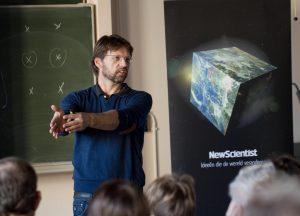 Leo Kouwenhoven legt aan lezers van New Scientist uit hoe een quantumcomputer werkt. Foto: Aschwin Tenfelde