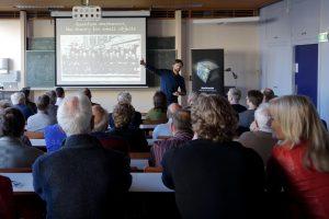 Kouwenhoven zette zijn publiek zelf aan het denken, om aan te tonen hoezeer extreem veel rekenracht nodig is in de wetenschap.