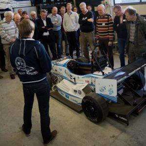 Bezoekers kregen ook een rondleiding langs diverse projecten van studenten, waaronder deze supersnelle elektrische race-auto.