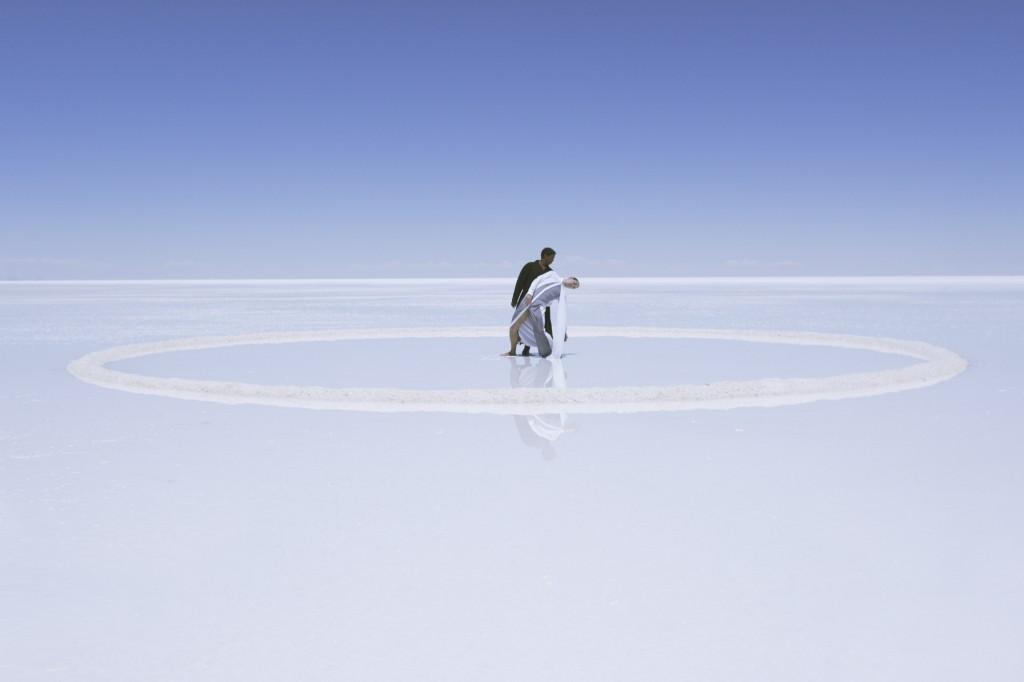 Een aantal sleutelscènes van Symmetry spelen zich af op betoverend mooie zoutvlaktes in Bolivia.