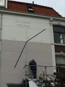 De wet van Snellius op een muur aan de Hooigracht. De muur was al tweekleurig en was daarom de perfecte plek om de breking van licht in water weer te geven.