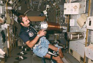 Wubbo Ockels in het Spacelab. Bron: Wikimedia Commons