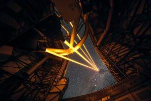 Vier lasers schijnen vanaf een van de VLT-telescopen de ruimte in. Afbeelding: ESO