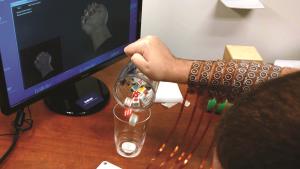 Een elektrodenmouw zet Burkharts gedachten om in signalen naar de spieren. - Ohio State University/Batelle