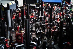 Ronald Hanson bouwt zijn qubits nu nog op optische tafels. In de toekomst zullen die qubits kleiner zijn en op een chip passen. Beeld: TU Delft
