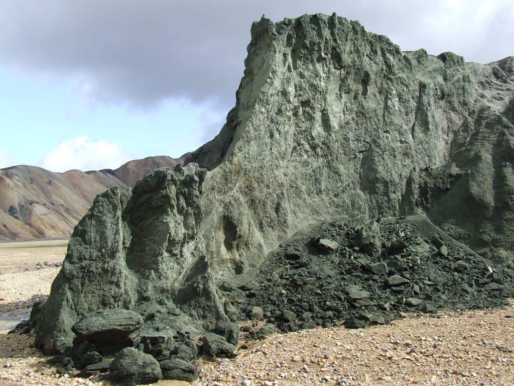 Deze groene bergen liggen bezaaid met vulkanisch glas. Dergelijk glas ontstaat dankzij vulkaanuitbarstingen onder gletsjers. Iets voorbij deze berg, verzamelde geoloog Sebastiaan de Vet materiaal voor zijn onderzoek naar het wegwaaien van vulkanisch glas op Mars.
