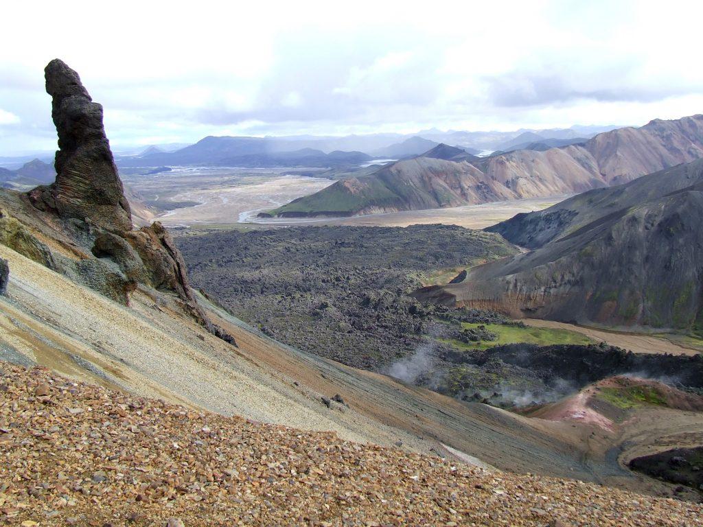 Op deze bijzondere locatie kun je zien dat vulkanisch actieve gebieden heel verschillende landschappen tot gevolg kunnen hebben. Links zie je een landschap dat gevormd is door een vulkaanuitbarsting in de buitenlucht, terwijl de berg rechts ontstond na een vulkaanuitbarsting onder de grond. In het midden was het dal ooit een kolkende lavavlakte.