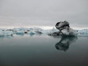 In dit meer vol gletsjersmeltwater dobberen ijsbergen rond als badeendje. De verschillende soorten ijs zorgen voor een kille kleurenpracht die je normaal alleen rond de polen tegenkomt.