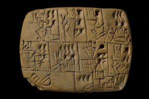Dit 5000 jaar oude kleitablet is het oudste loonstrookje ter wereld. Foto: Curatoren van het British Museum