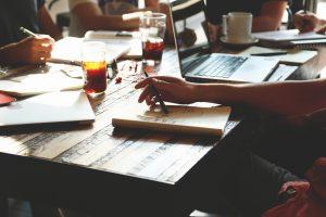 Veel mensen werken beter in een koffiebar dan aan de keukentafel. Foto: Eric Bailey