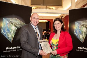 André Kuipers ontving afgelopen mei het eerste exemplaar van New Scientist.