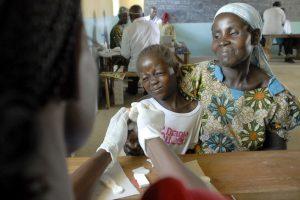 Malaria wordt bestreden met grote screenings. Foto: US Army Africa