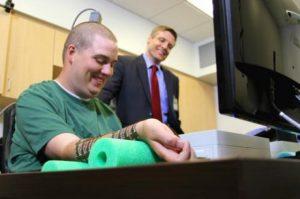 Ian Burkhart wist met behulp van een hersenimplantaat zijn arm weer te bewegen. Credit: Ohio State University