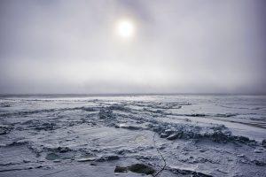 Hoewel de Noordpool stil lijkt te liggen, beweegt hij langzaam in onze richting.