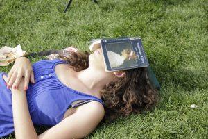 slapende vrouw met boek