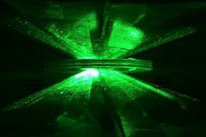 Waterstof wordt samengeperst tussen twee diamanten. Beeld: R. Dias and I.F. Silvera