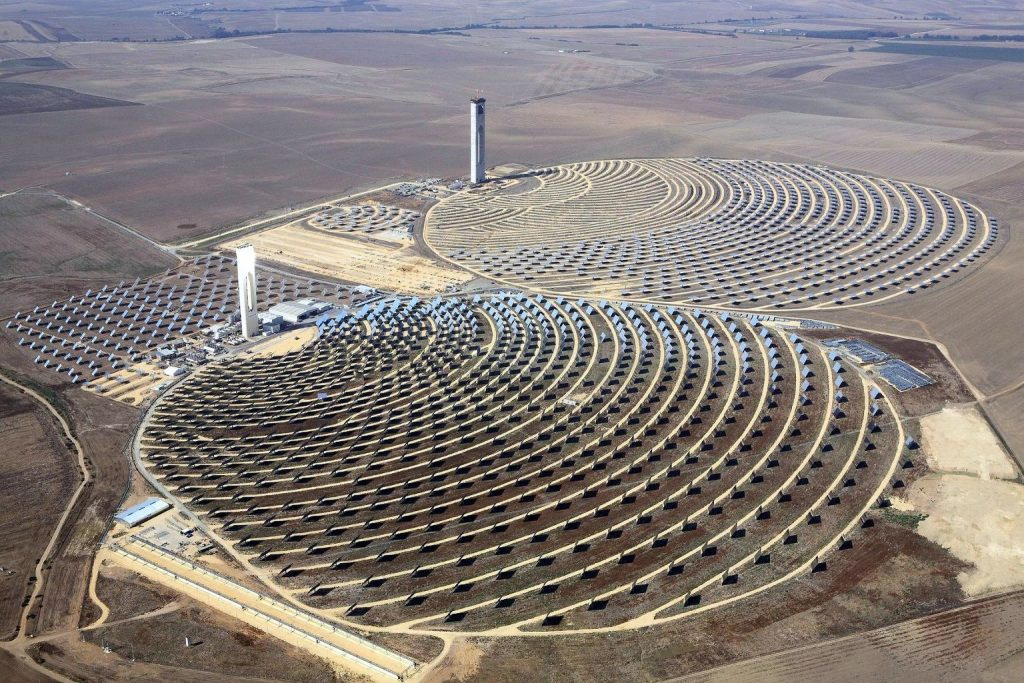 Deze zonnetoren wekt elektriciteit op door stoom te produceren. Enorme spiegels reflecteren zonlicht op de toren die de energie omzet in warmte. Bron:Wikimedia Commons