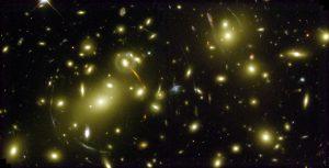 Met behulp van zwaartekrachtslenzen tonen de waarnemingen de zwaartekrachtsverdeling tot een afstand die honderd keer groter is dan het sterrenstelsel zelf. Beeld: NASA, Andrew Fruchter and the ERO Team.